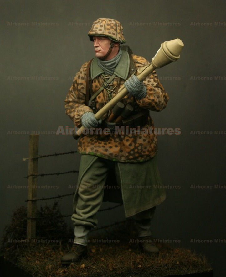 A-M 2404. Waffen SS with panzerfaust 1-24 scale